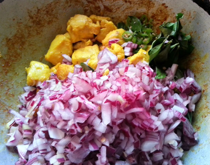 Add onions, chillies and curry leaves to chicken for vepudu recipe