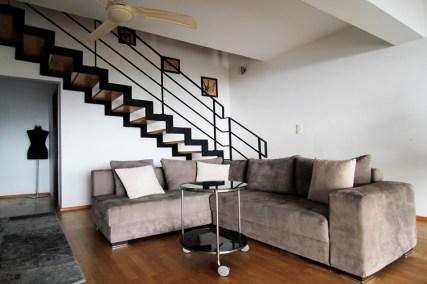 Просторная гостиная с потолочным вентилятором на 1-м этаже