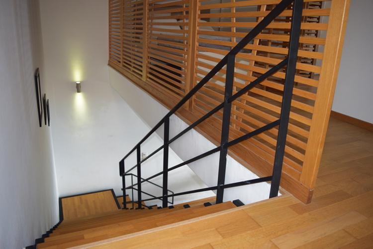 Ξύλινη σκάλα μεταξύ 1ου και 2ου ορόφου