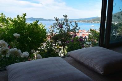Θέα στον κήπο και στη θάλασσα από τον 1ο όροφο