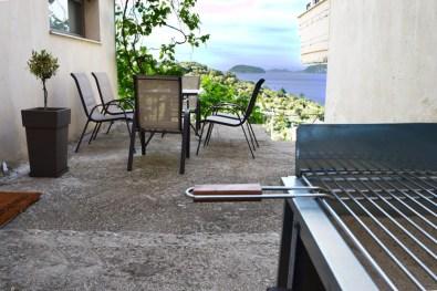 Τραπέζι κήπου και μπάρμπεκιου στην αυλή