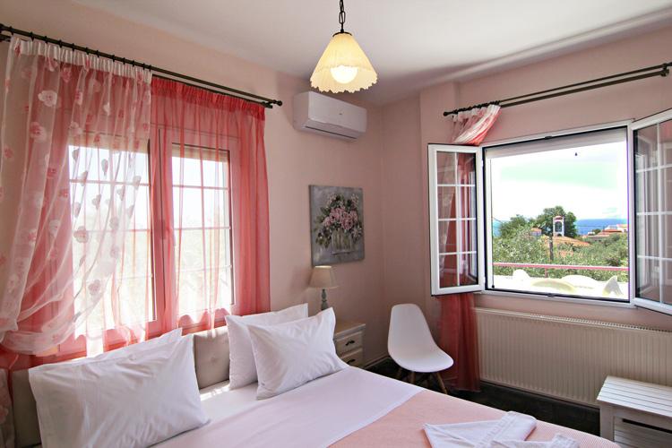 Просторная спальня с очень большой двуспальной кроватью, 2 этаж