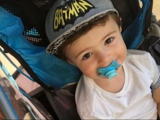 Petit garçon avec une tétine dans la bouche