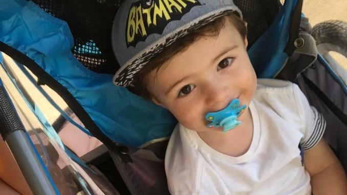 Petit garçon avec une tétine dans la bouche - img_1718-1