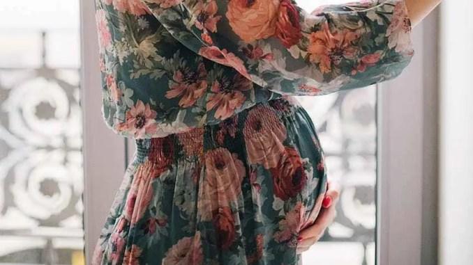 Femme enceinte vêtue d'une robe à fleurs - pregnant woman in floral long sleeved dress