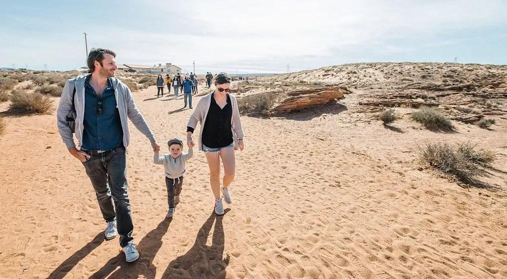 Famille marchant sous le soleil en Arizona