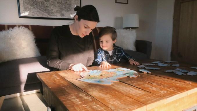 Maman et enfant faisant un puzzle - Processed with VSCO with al3 preset