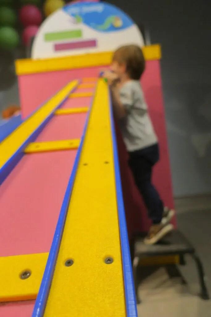 Enfant jouant au musée des enfants d'Austin