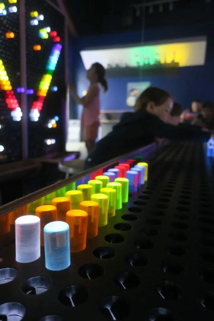 Enfant jouant au musée des enfants à Austin au Texas