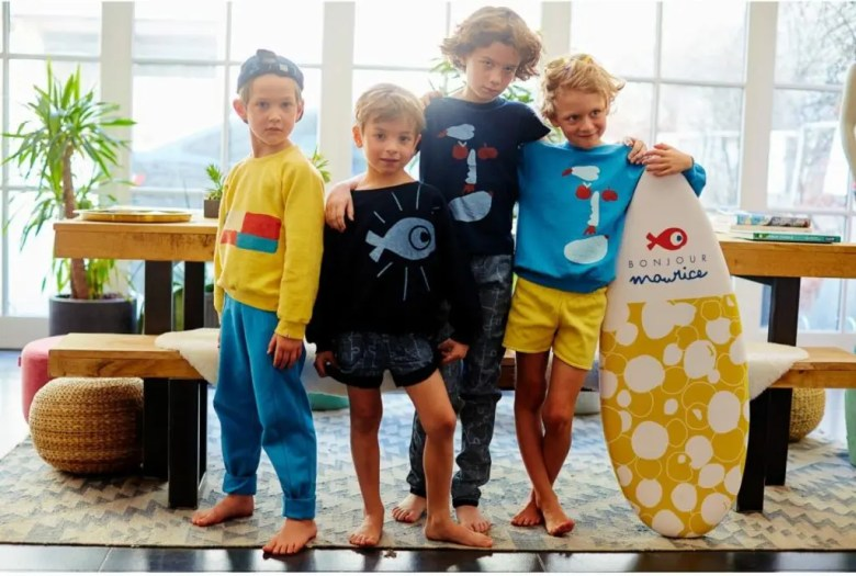 Jeunes garçons prenant la pose dans des vêtements Bonjour Maurice