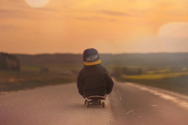 enfant seul skateboard