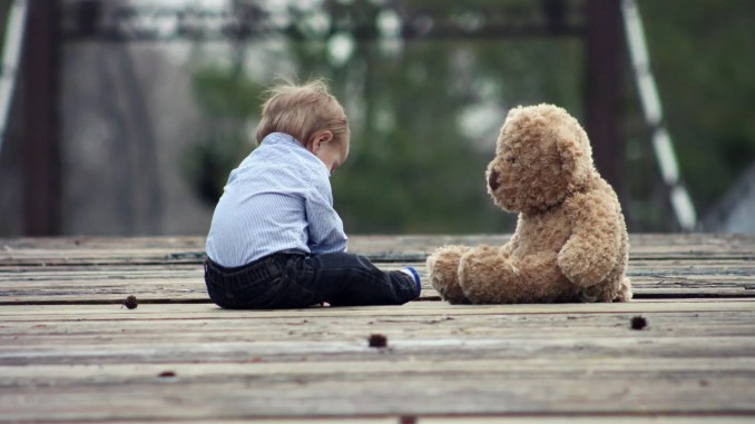 enfant seul - wood bridge cute sitting