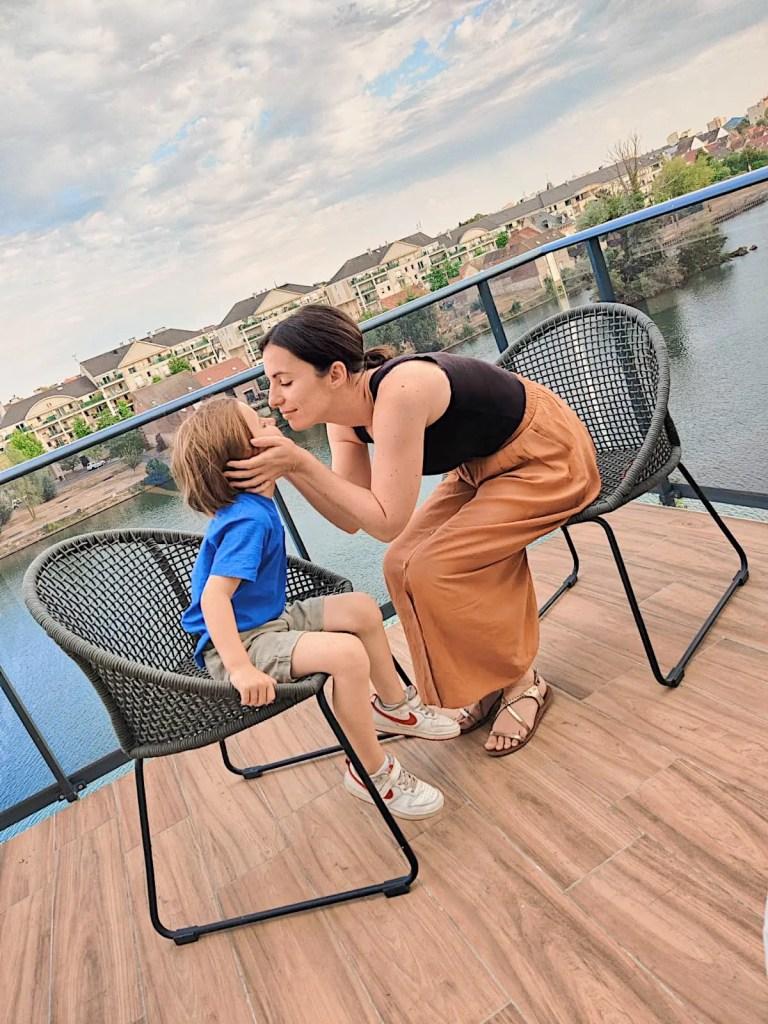 la terrasse avec vue du t'aim hôtel de compiègne dans l'oise