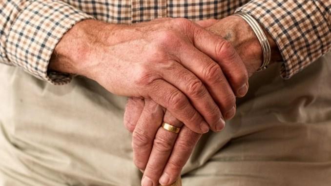 - faut-il pardonner à ses parents photo vieille personne âgée avec canne