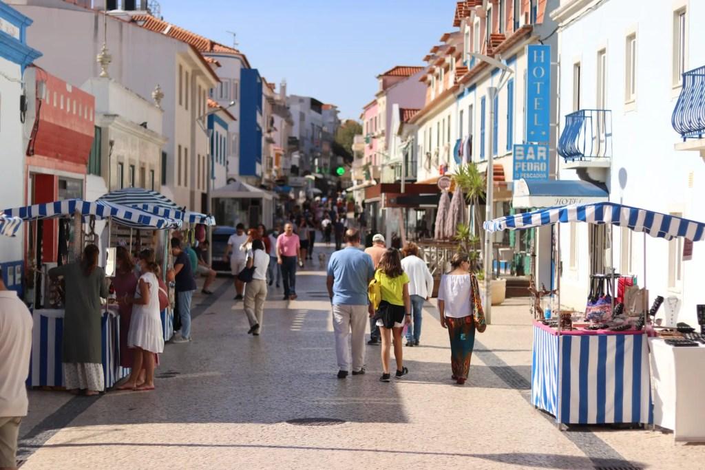 dans les rues d'ericeira au portugal