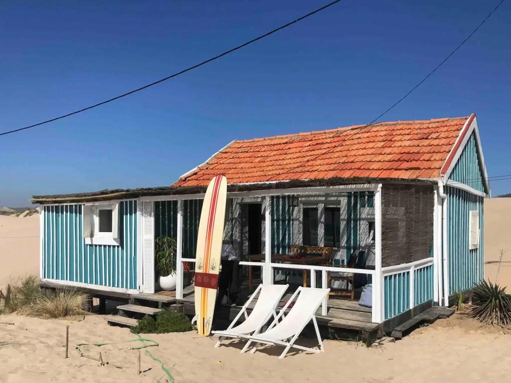 cabanes sur la plage sur la costa da caparica au portugal