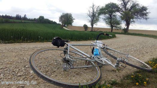 On gravel bei der Kirschblüten Radklassik
