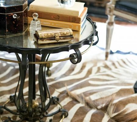 Sebraskinn under glassbord med bøker på
