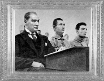 Mustafa Kemal, Harp Okulu'nda öğrencilerle birlikte (İstanbul, 1930)