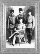 Mustafa Kemal, yaverleri Salih Bozok, Şükrü Tezer, Cevat Abbas Gürer ile beraber (1918)