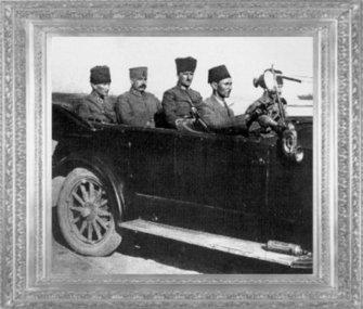 Başkomutan Mareşal Gazi Mustafa Kemal, yanında Genelkurmay Başkanı Fevzi Çakmak ve yaveri Salih Bozok ile İzmir'e geliyor (10 Eylül 1922)