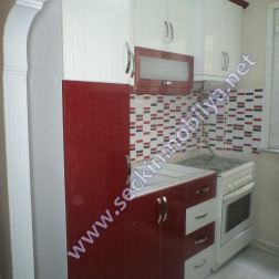 Çizgili Kırmızı - Beyaz Mutfak Dolabı