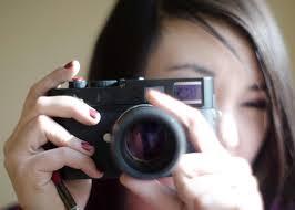カメラを構えている女性の画像