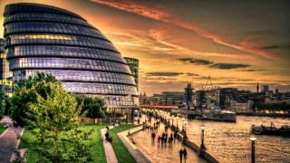 london-millennial-funny-city-hall-sunset