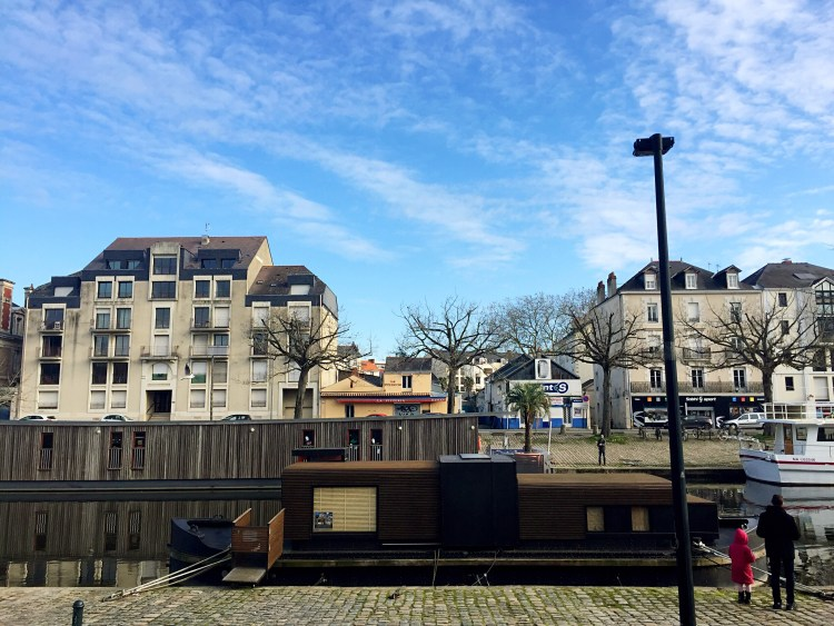 Brown boat moored on the River Erdre - photo diary Nantes