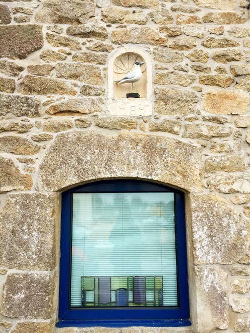 Blue window with seagull sculpture - Arzon - off the beaten track Brittany