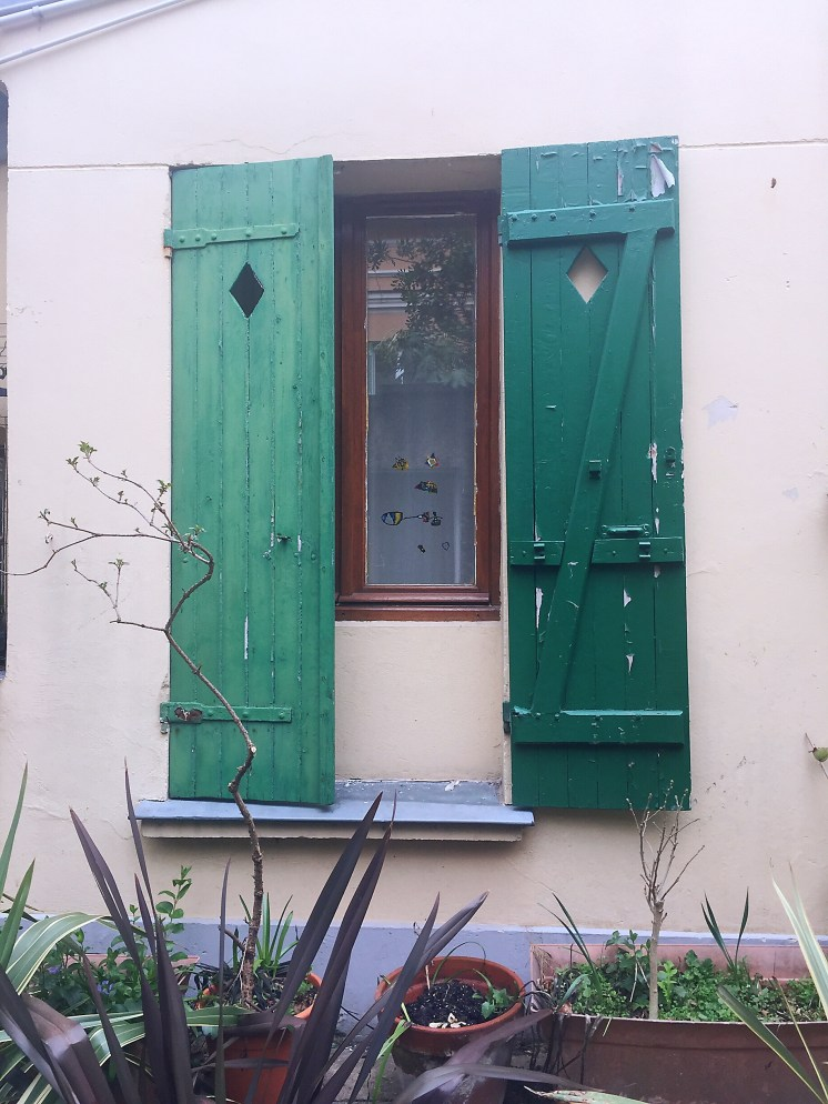 Windows with green shutters - self-guided tour of Belleville and Ménilmontant