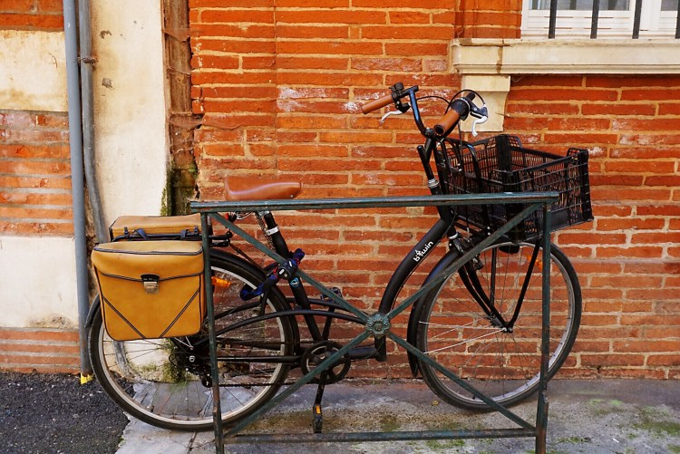 Black bike with tan satchel - Visit Toulouse