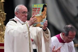 Le Pape brandit une revue porno en plein office pour dénoncer les dérives sexuelles de notre époque
