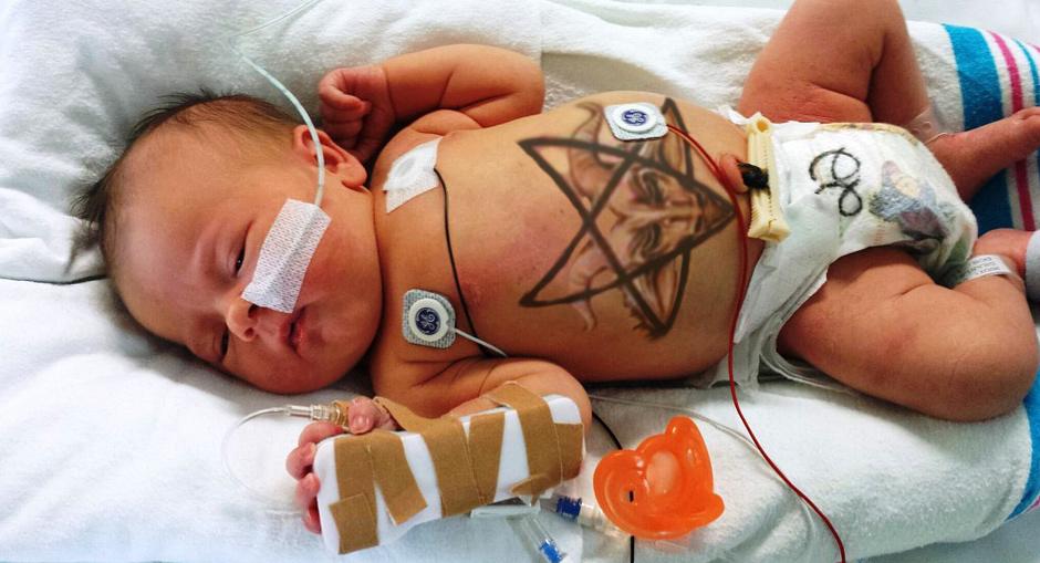 tatouage-satan-bebe-satan-baby-satanisme-tatoo-secretnews Pour baptiser leur nouveau né, ses parents satanistes lui font tatouer le diable sur le ventre