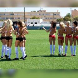 L'Arabie Saoudite organisera la coupe du monde féministe de footballeuses à gros seins en 2023