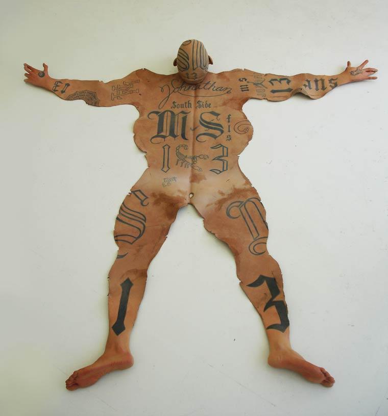 peau-de-gangster-tatoue-tatouages-ms13-1 Un policier mexicain transforme des gangsters tatoués en peaux de bêtes pour les riches