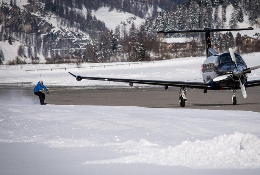 """jamie-barrow-snowboard VIDEO. Patrice Evra fait du snowboard tracté par un avion pour """"revenir plus fort que jamais"""""""