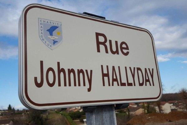 Les panneaux volés de la rue Johnny Hallyday retrouvés chez François Fillon
