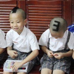 En Chine les enfants se ressemblent tellement que les professeurs les numérotent pour les reconnaître