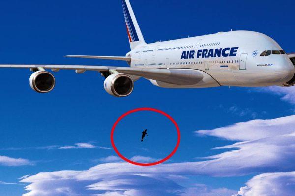 L'enfant suspendu dans le vide serait finalement tombé d'un avion en vol avant de s'accrocher au balcon