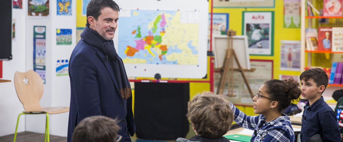 """Manuel Valls fait le tour des écoles pour demander aux enfants de ne pas l'appeler """"Manu"""" mais """"Monsieur Le Président"""""""