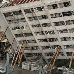 Marseille : des habitants redressent leur immeuble avec des planches de bois