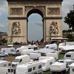 Gilets Jaunes : les Gitans installent leurs caravanes sur les Champs-Élysées