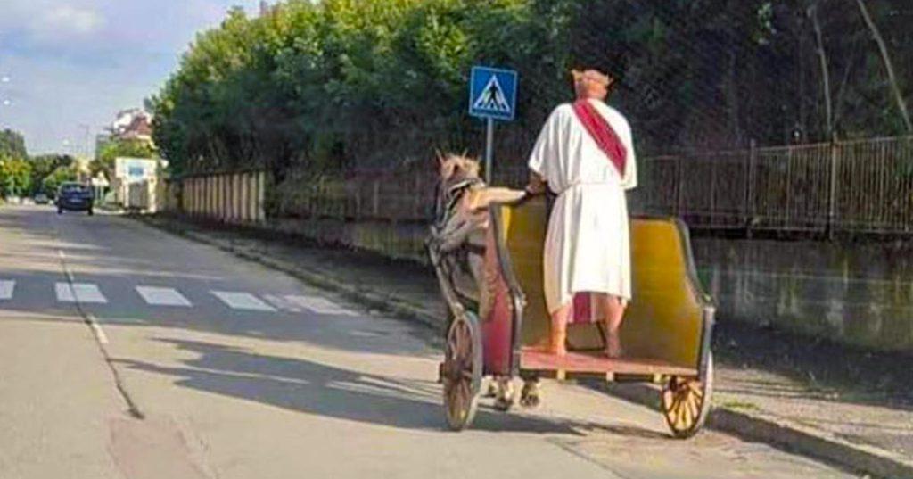 Son chauffeur est en grève : Macron se déplace en char déguisé en empereur romain