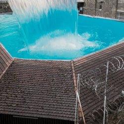 Canicule en prison : climatisation dans chaque cellule et piscine sur le toit
