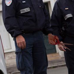 """""""On jouait à pierre-feuille-ciseaux"""" : le policier qui a piqué un ado avec des ciseaux s'explique"""
