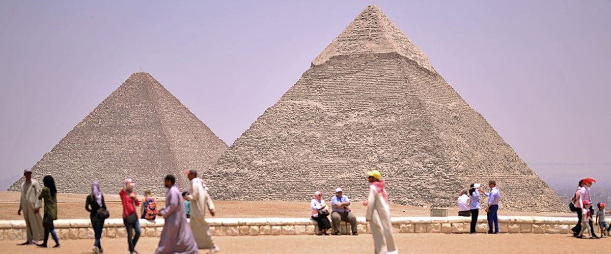 Il emmène sa belle-mère en Égypte et tente de la perdre dans une pyramide
