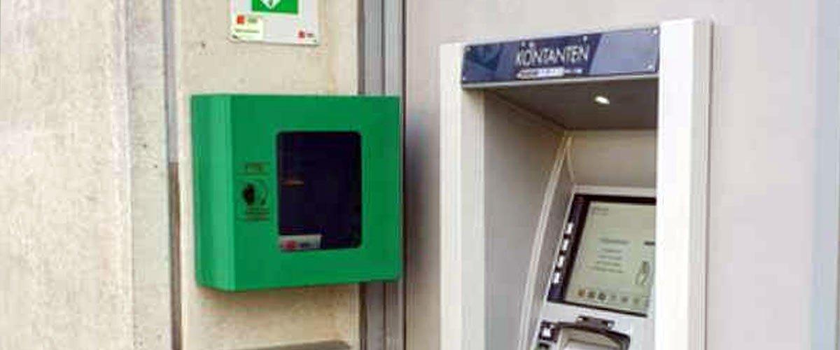 Des défibrillateurs près des distributeurs d'argent pour éviter les infarctus