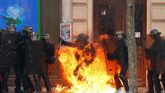 police-feu Pompiers contre CRS : des lances d'incendies remplies au napalm !