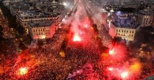 Les Parisiens fêtent la fin de la première semaine de confinement
